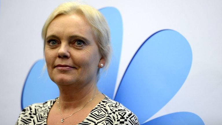 Sverigedemokraternas kandidat i valet till Europaparlamentet 2014, Kristina Winberg, framför partiets logotyp. Foto: Per Larsson/TT.