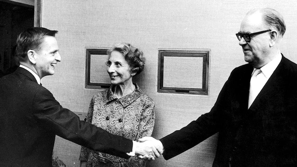 Statsminister Tage Erlander (till höger) skakar hand med Olof Palme som senare efterträdde honom 1969. Arkivfoto: TT