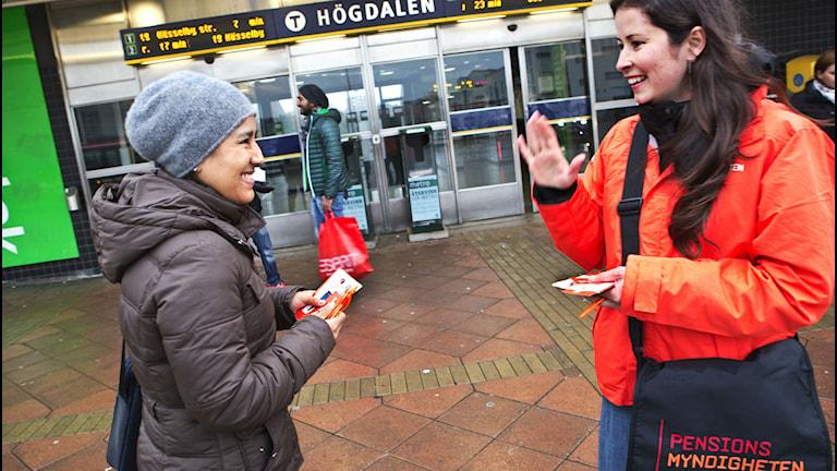 Hayadda howlaha gunnada howl-gabka oo siddeed luuqadood ku diyaarisay war-bixinno Stockholm, Göteborg iyo Malmö. Sawirle: Kapi/Pensionsmyndigheten.
