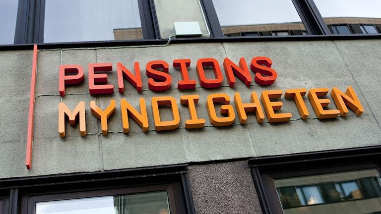 Pensionsmyndighetens logotyp på huset på Klara Västra Kyrkogata i Stockholm. Foto: Christine Olsson/TT.