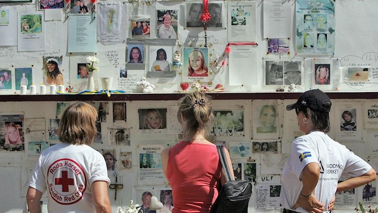 Tre kvinnor tittar på en minnesväg över svenskar omkomna i tsunamin. Foto: AP Photo/David Longstreath