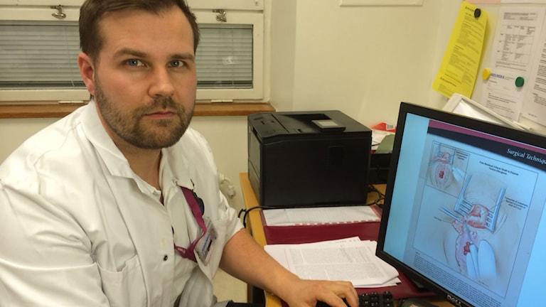 Hannes Sigurjónsson är läkeren som studerat klitorisrekonstruktion i Amsterdam. Han har gjort en första lyckad operation vid Karolinska Universitetssjukhuset i Solna. Foto: Jenny Hallberg, Radio Sweden.