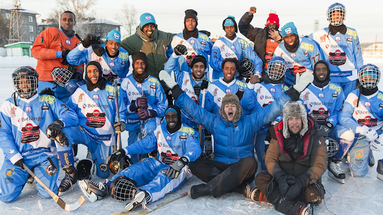 The Somali Bandy team, together with chat show hosts Fredrik Wikingsson and Filip Hammar. Photo: SF Film