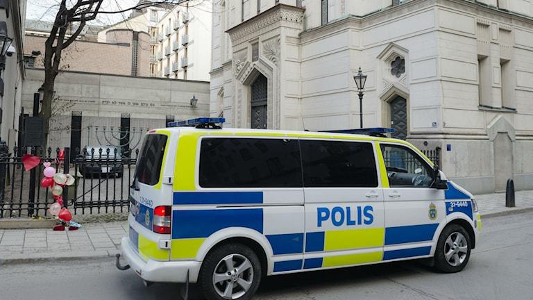 Polisen cirkulerar utanför Stockholms stora synagoga. Foto: Vilhelm Stokstad/TT