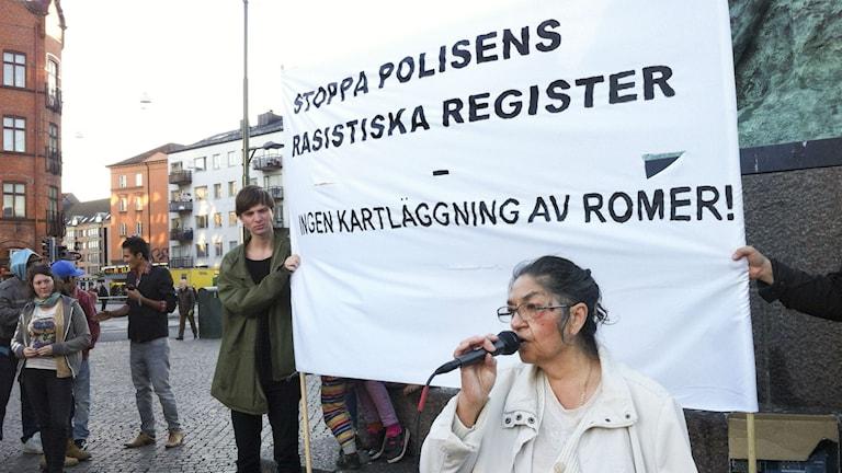 Monica Kalderas under en protest mot polisens registreringar av romer i Malmö. Foto: ERIKA OLDBERG / TT