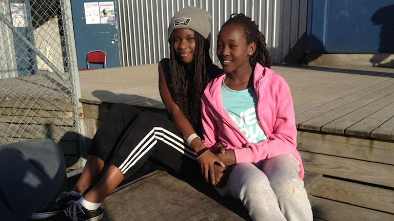 Anna Stridsman och Eileen Kamau skejtar på Fryshusets tjejskate varje måndag. Foto/Siri Hill
