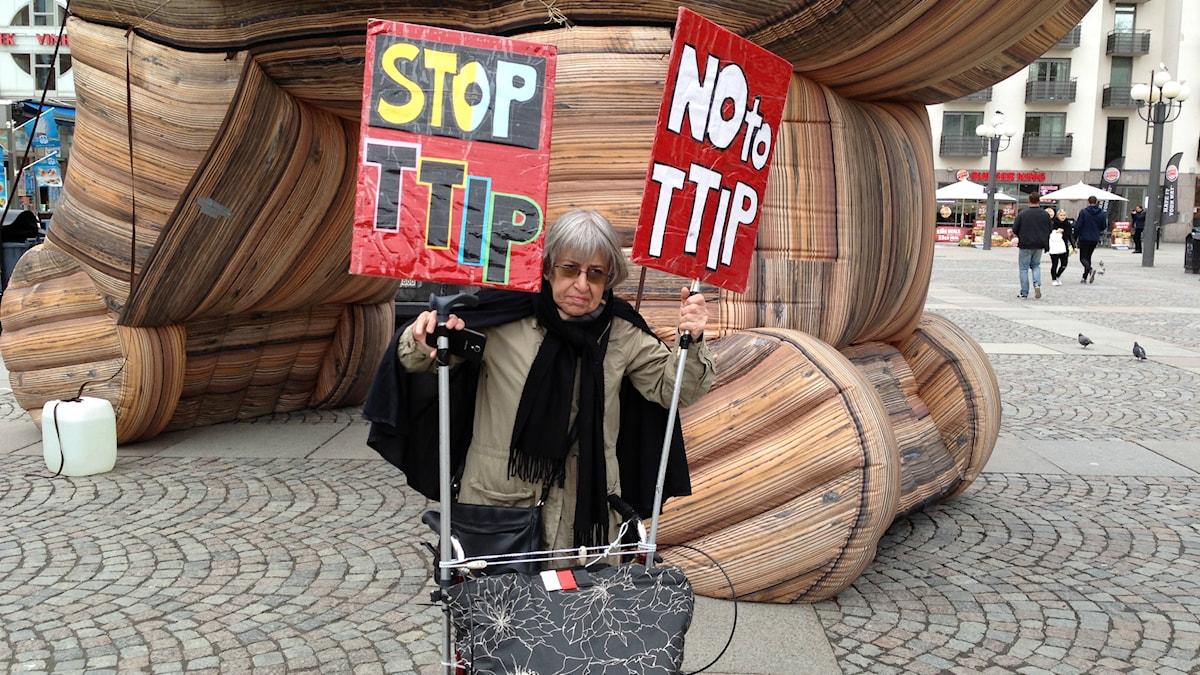 Ada Salomon protesterar mot frihandelsavtalet TTIP. Foto: Isabelle Swahn/Sveriges Radio.