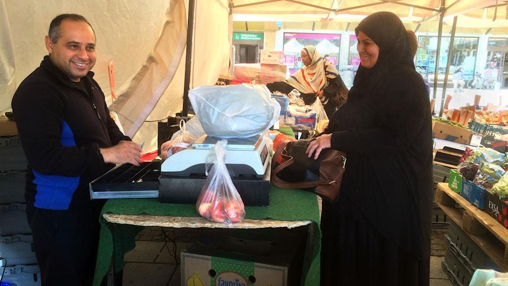 Shler handlar grönsaker till Ramadan av handlaren Abolayla på Rinkeby torg. Foto: Jenny Hallberg, Sveriges Radio