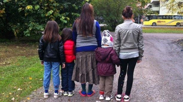 Romska barn i olika åldrar på en grusväg