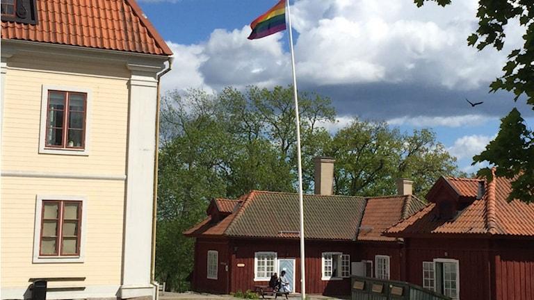 Regnbågsflaggan högt över asylboenden i Surahammar. Foto: Attendo