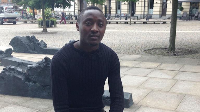 Henrie Mawanda Finide flydde från Uganda där homosexualitet är kriminaliserat och har fått avslag på sin asylansökan. Foto: Siri Hill/Sveriges Radio