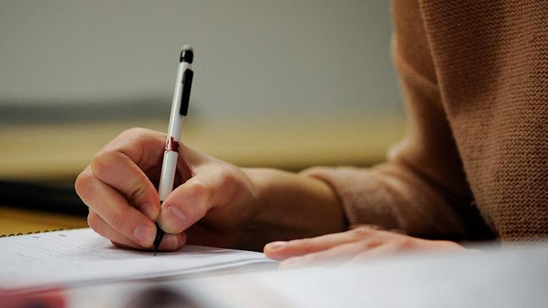 Närbild på hand som skriver anteckningar. Foto: Anders Wiklund/TT.