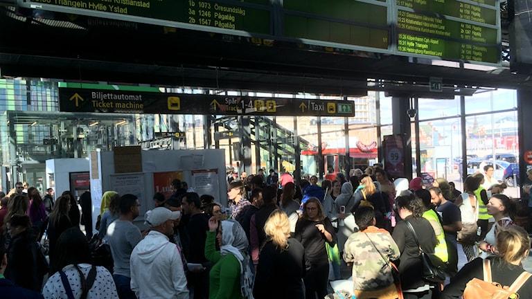 Flyktingar och volontärer på Malmö centralstation. Foto: Rafand Ahmad / SR