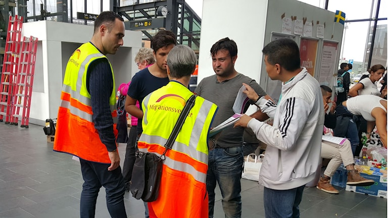 Karima Abou-Gabal och en av hennes kollegor ger information till människor som precis anlänt till Malmös centralstation. Foto: Hewa Abdelzadeh.