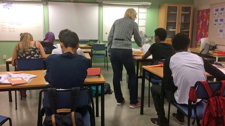 Klassrum på Sprintgymnasiet i Stockholm. Läraren går runt och hjälper eleverna som sitter med ryggen till. Foto: Anders Ljungberg/Sveriges Radio.