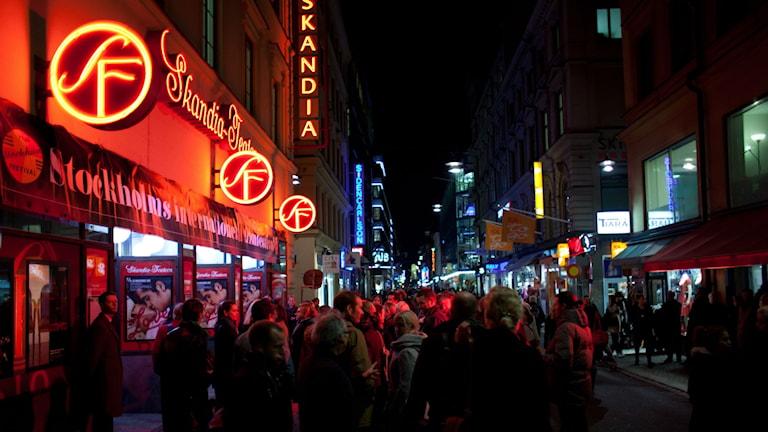 Människor utanför biografen Skandia i Stockholm. Foto: Emmanuel Castro Skött/ Stockholms Filmfestival