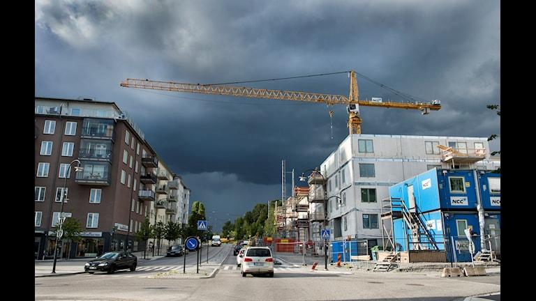 Mörka moln över en byggarbetsplats i Sollentuna centrum Foto: Lars Pehrson / SvD / TT