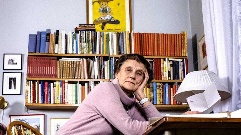 Barnboksförfattarinnan Astrid Lindgren sitter vid skrivbordet i sitt hem på Dalagatan i Stockholm 20:e december 1978. Foto: Jan Collsiöö / TT.