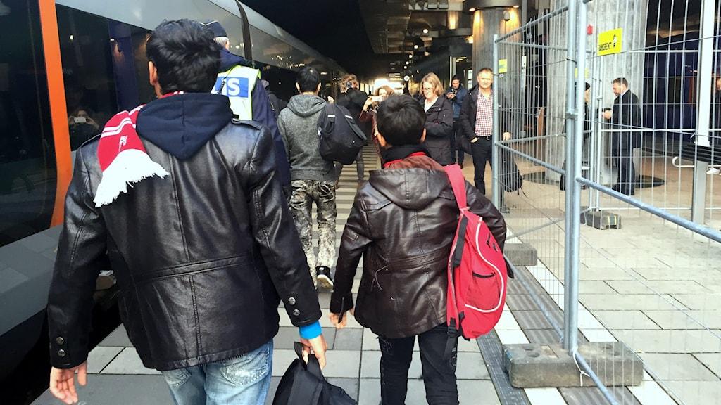 Ensamkommande flyktingbarn som anländer till Hyllie station i Malmö. Foto: John Alexander Sahlin/TT