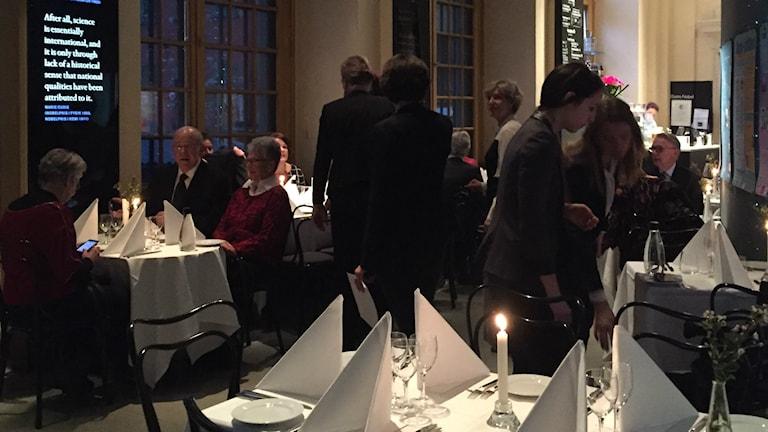 Peggie Kihlstedt äter Nobellunch på Nobelmuseet under Nobeldagen. Foto: Isabelle Swahn/Sveriges Radio.