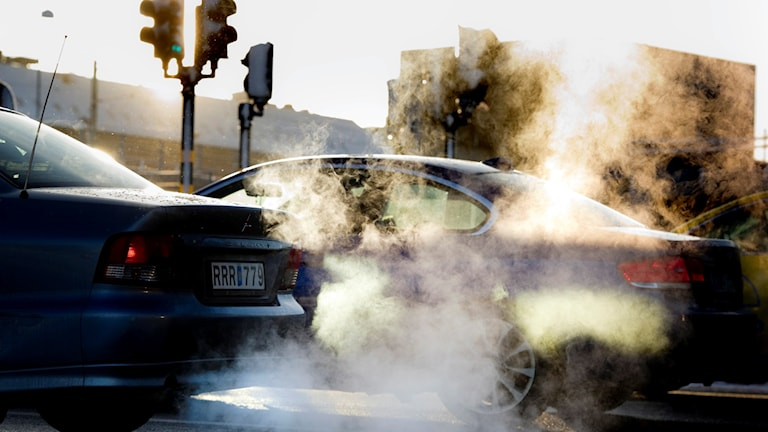 Bilar som kör och avgaser. Foto: Pontus Lundahl/TT.