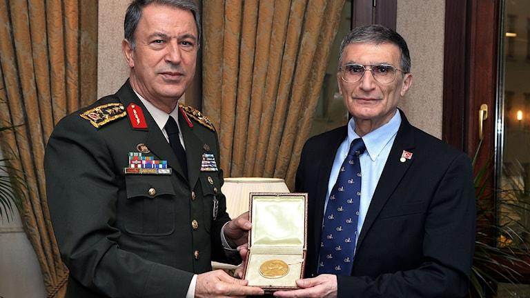 Sancar übergibt Nobelmedaille Foto: Pool Photo via AP/TT
