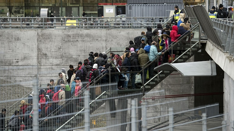 Nyanlända flyktingar köar vid Hyllie station i Malmö. Foto: Johan Nilsson / TT