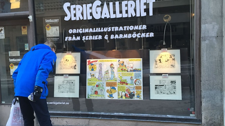 Framför Seriegalleriet på Söder i Stockholmdär det visar Rune Andréassons första teckningar av Bamse. Foto: Olgica Lindquist, RadioSweden, SR.
