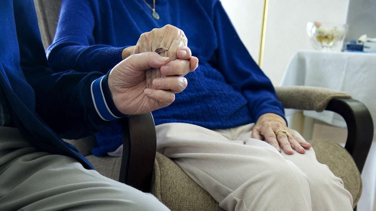 Två pensionärer håller varandra i handen. Fotograf: Jessica Gow/TT