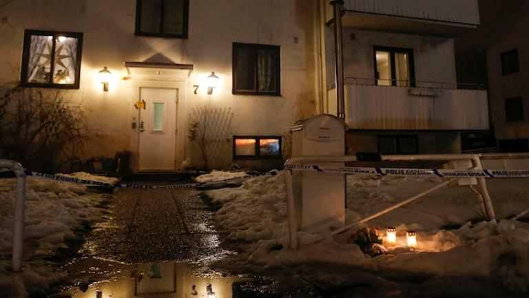 Ljus utanför det HVB-hem i Mölndal där en 22-årig kvinna knivdödades på måndagen. Foto: TT.