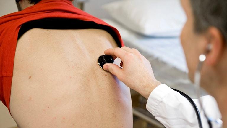 En läkare undersöker en patient gnom att lyssna med ett stetoskop Foto Bertil Ericson / TT