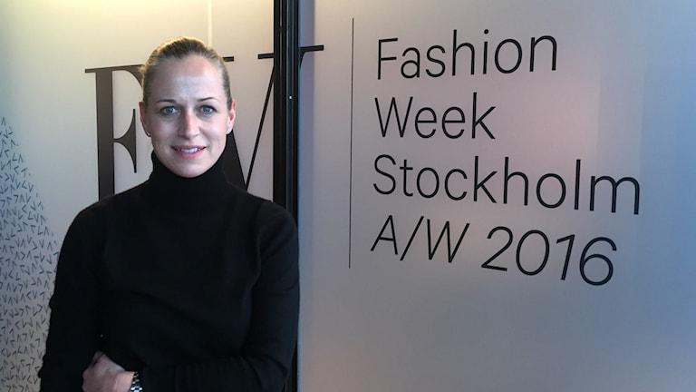 Emma Ohlson, generalsekreterare på ASFB, har svart stickad polotröja och håret i en knut. Foto: Isabelle Swahn/Sveriges Radio.