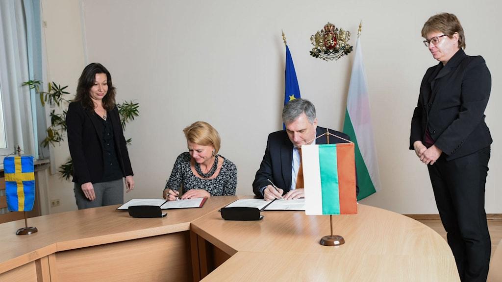 Åsa Regnér skriver avtal med Ivailo Kalfin i Bulgarien. Foto: Bulgariens parlament