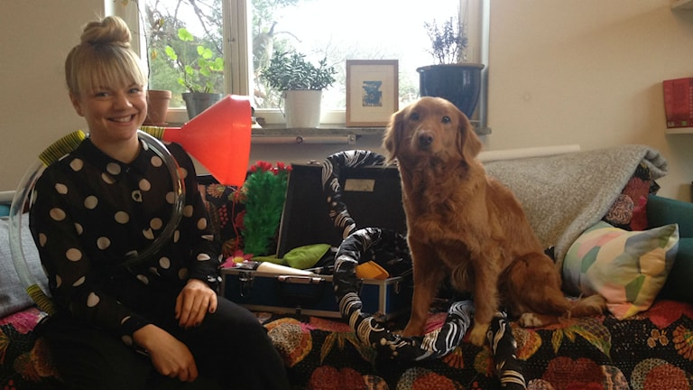 Clownen Lilja Fredrikson med hunden Goa. Foto: Siri Hill/Sveriges Radio