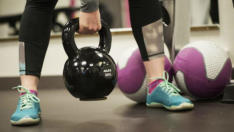 En person lyfter en hantel på ett gym. Foto: Fredrik Sandberg/TT