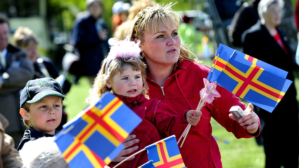 Ålandsflaggorna viftas. Foto Jonas Ekströmer/TT Bild