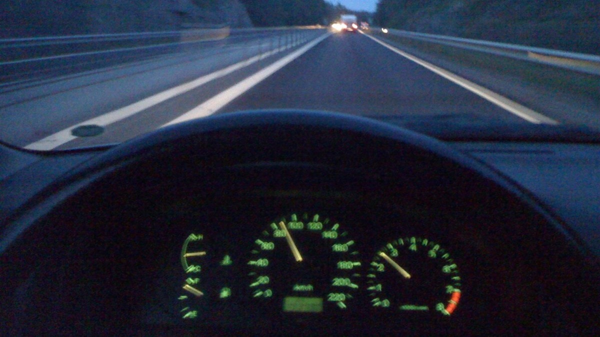 Väg och ratt sett ur förarperspektiv. Foto: Nick Näslund/Sveriges Radio