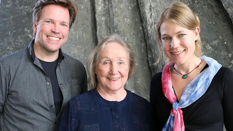 Gruppbild på Ola Eliasson, baryton. Inese Klotina, pianist och Cecilia Lindqvist, sinolog. Alla tittar in i kameran och ser glada ut.