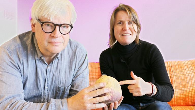 Thomas Nordegren håller i en kålrot och Louise Epstein pekar på den samt ser skeptisk ut.