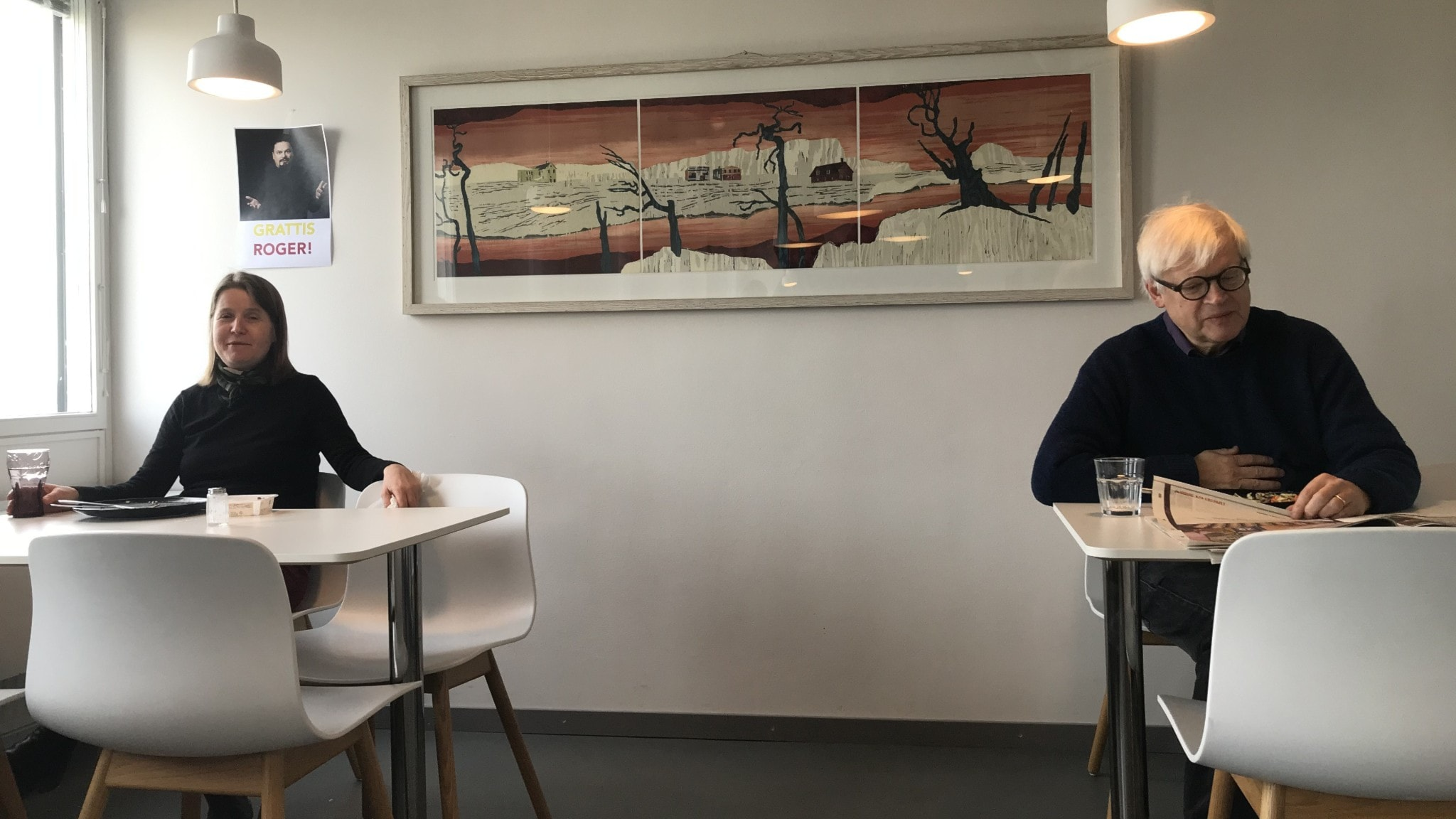 Louise Epstein och Thomas Nordegren på behörigt avstånd från varandra i lunchmatsalen.