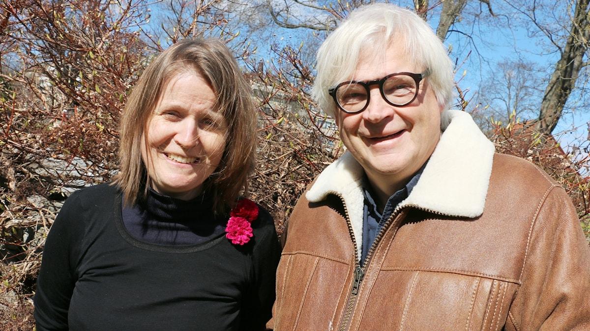 Thomas Nordegren och Louise Epstein i radiohusparken.
