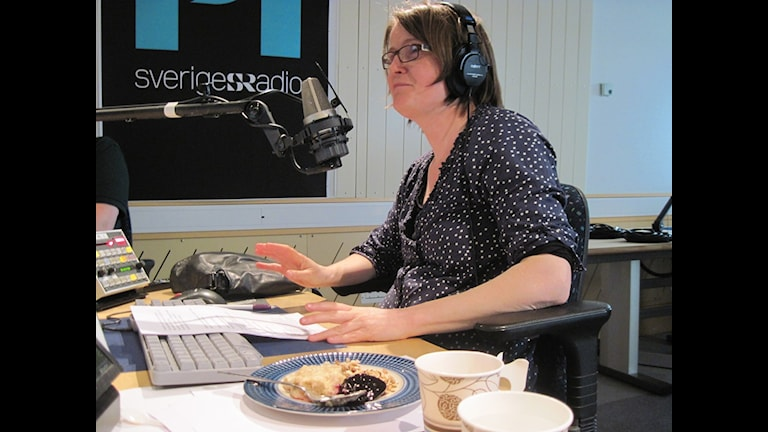 Louise Epstein smakar av gröten.Foto: Sofia Thermaenius/Sveriges Radio