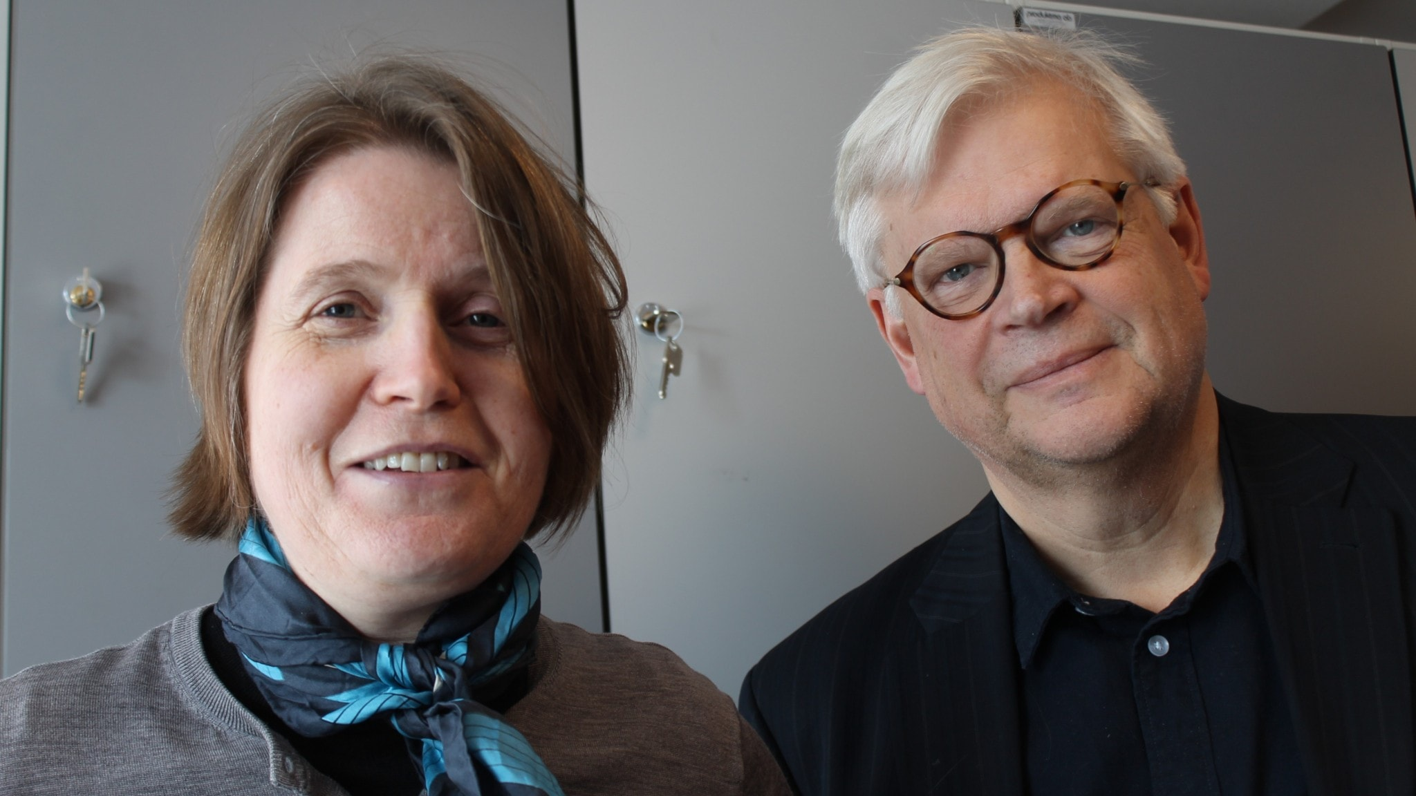 Louise Epstein och Thomas Nordegren blickar leende in i kameran.