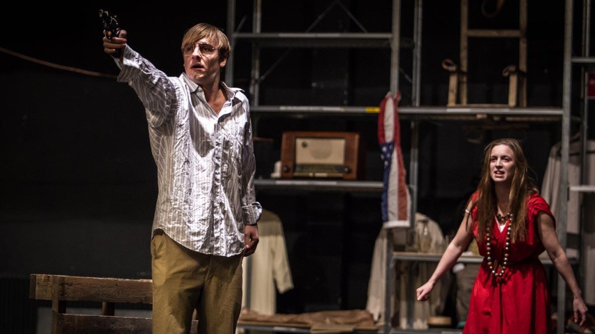 """Sonny Enell som John Hinckley och Karin Mårtenson som Lynette """"Squeaky"""" Fromme Foto: Johan Mellin"""