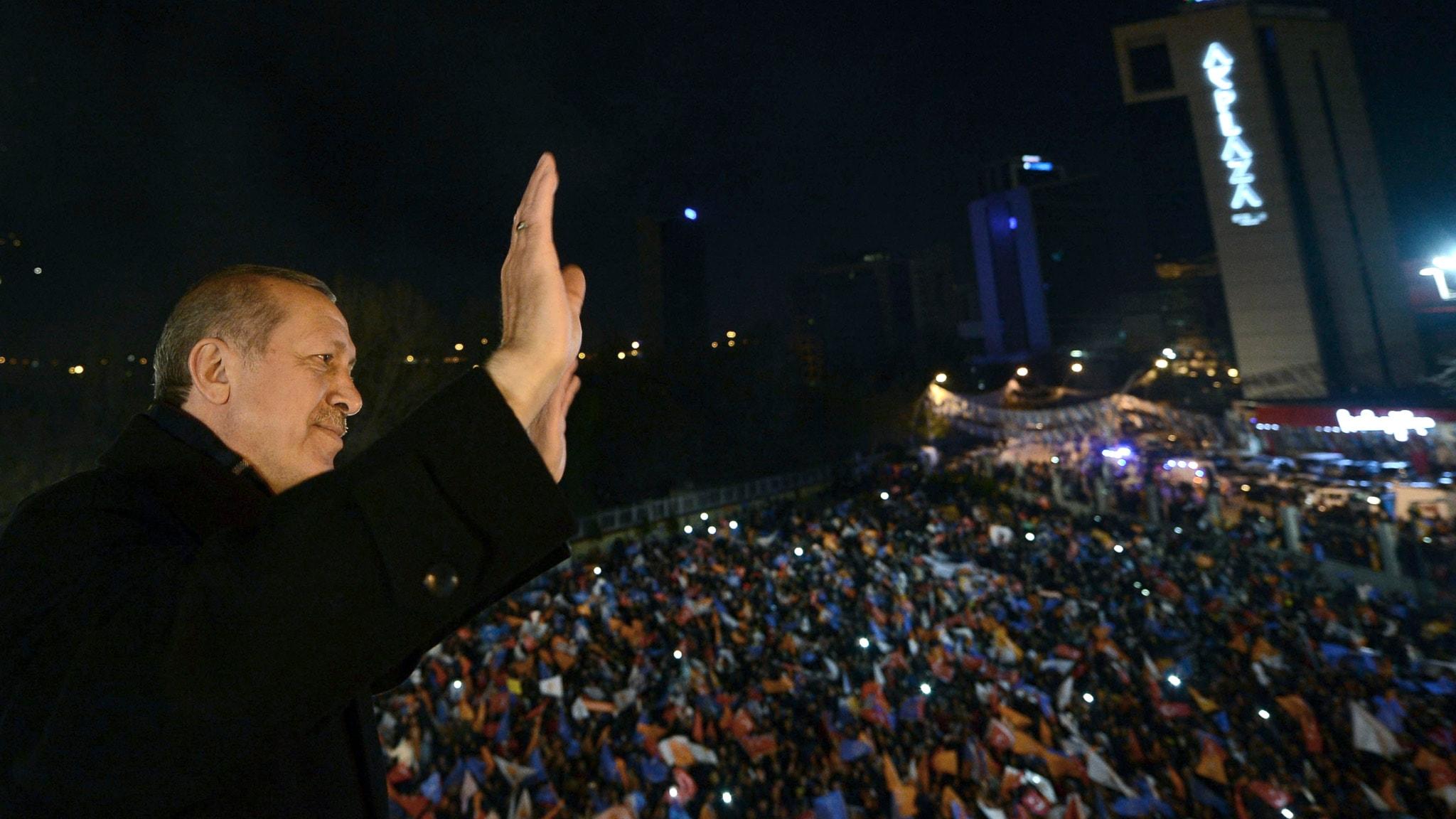 Erdogan vinkar till väljarna. Foto: Kayhan Ozer/TT