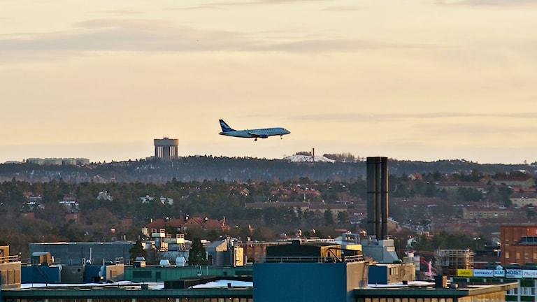 Ett flygplan är på väg att landa på Bromma flygplats. Foto: Zdenko Zivkovic/Flckr/ http://bit.ly/1zdeXD3/ CC BY 2.0