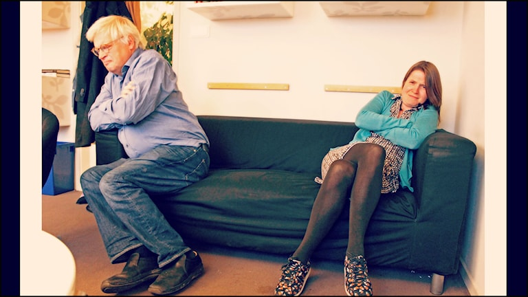 Thomas Nordegren och Louise Epstein sitter i en soffa långt ifrån varandra. Foto: Ronnie Ritterland / Sveriges Radio