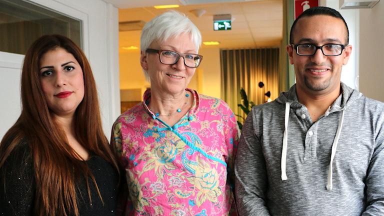 Lärarna Evan Albadry (till höger i bild) och Revan Hana (till vänster i bild) vet hur det är i skolan både i Irak och i Sverige. Aina Bigestans (i mitten) har forskat om detta. Foto: Ronnie Ritterland / Sveriges Radio