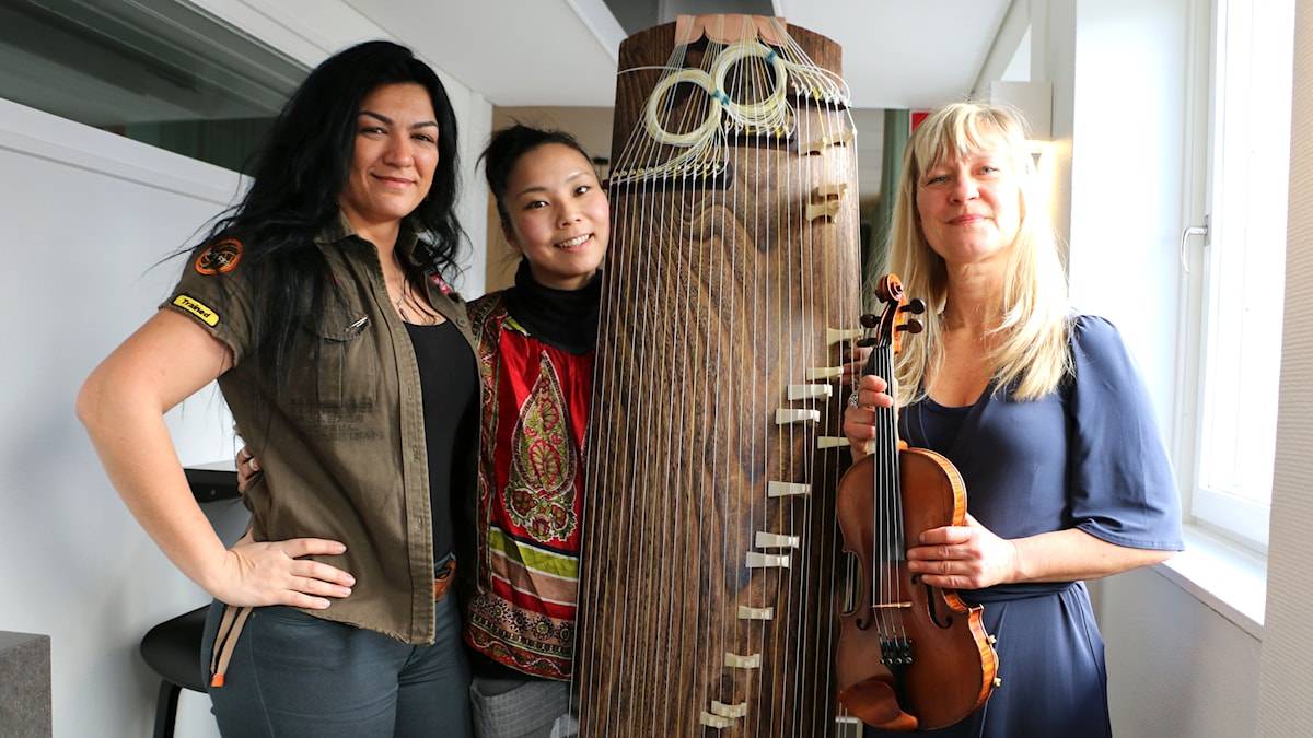 Nadin Al Khalid som är musiker och värd för galan besöker oss för att berätta om årets upplaga av evenemanget, och med henne följer folksångaren Lena Willemark och koto-virtuosen Karin Nackagawa. Foto: Ronnie Ritterland / Sveriges Radio