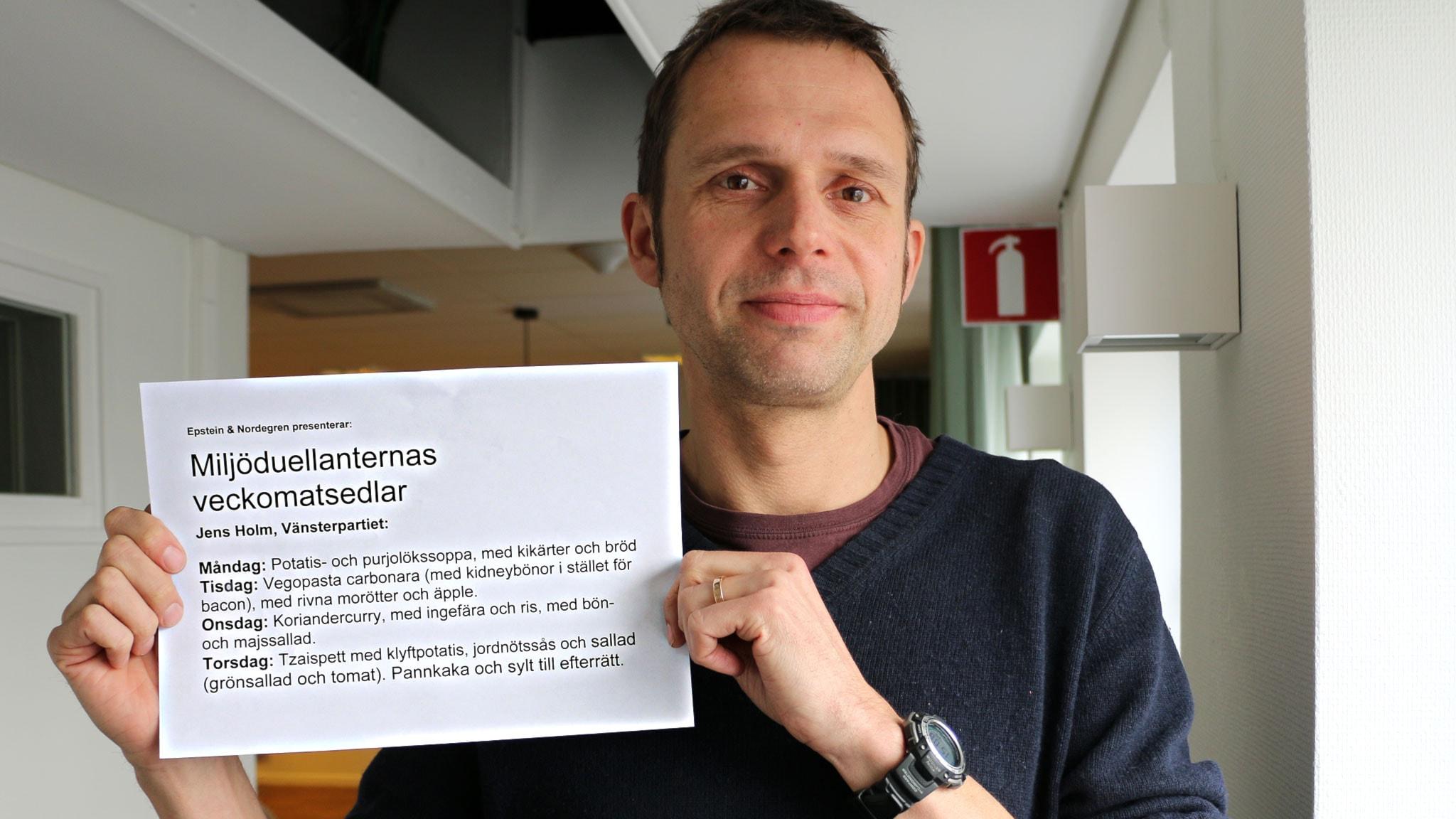 Jens Holm (V) visar upp sin veckomatsedel i Miljöduellen. Foto: Ronnie Ritterland / Sveriges Radio